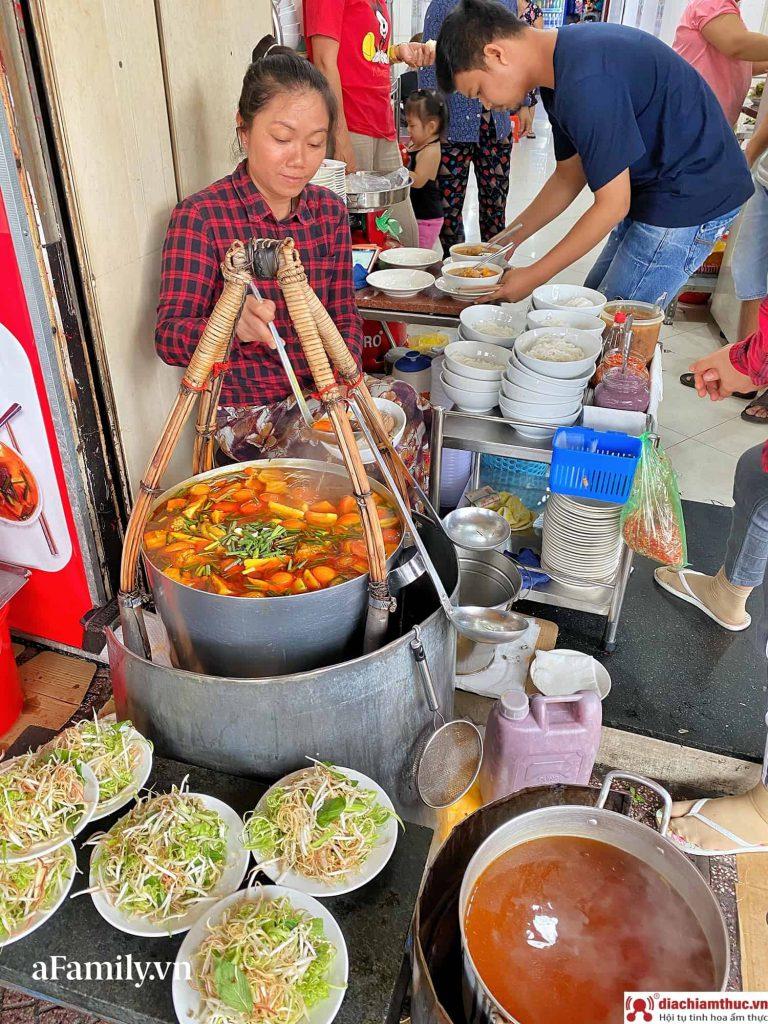 Bún riêu Gánh chợ Bến Thành Sài Gòn