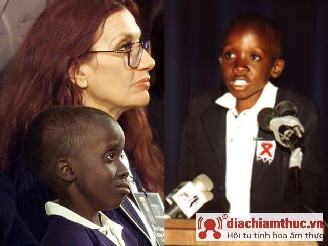 Hình ảnh cậu bé Nkosi Johnson phát biểu tại hội nghị Quốc Tế