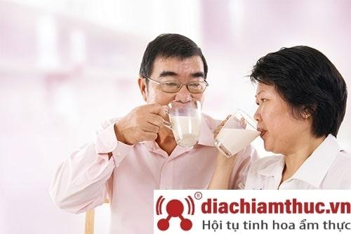 những lợi ích của sữa non cho người cao tuổi