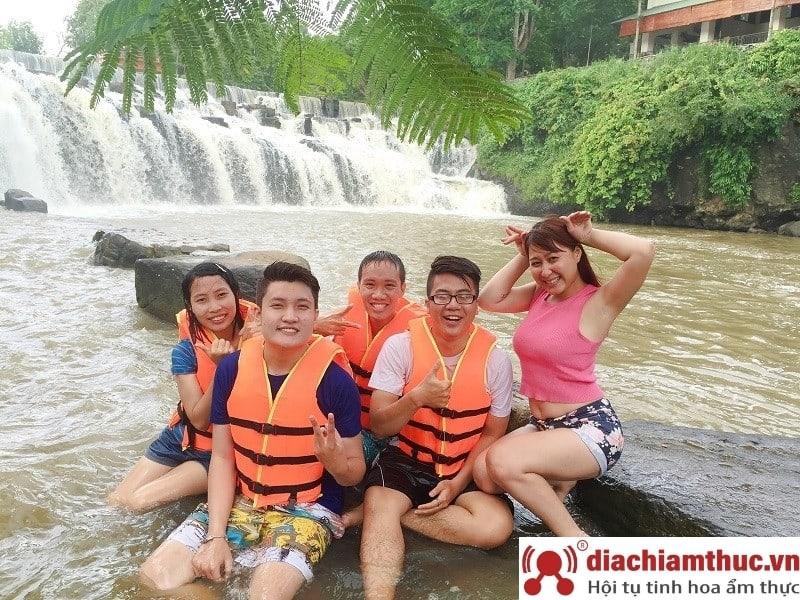 Check in tại thác nước và trải nghiệm tắm thác