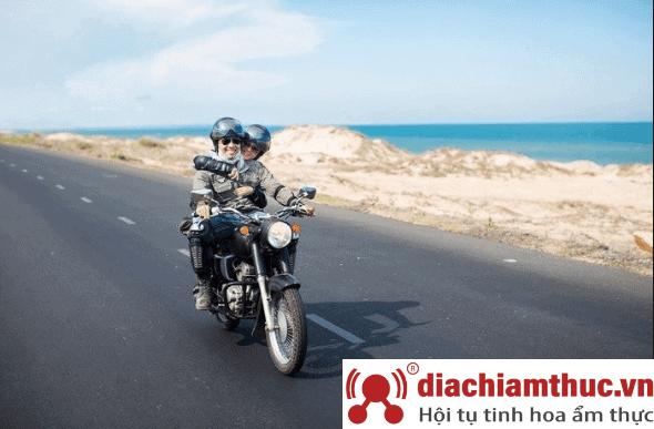 Di chuyển bằng xe máy
