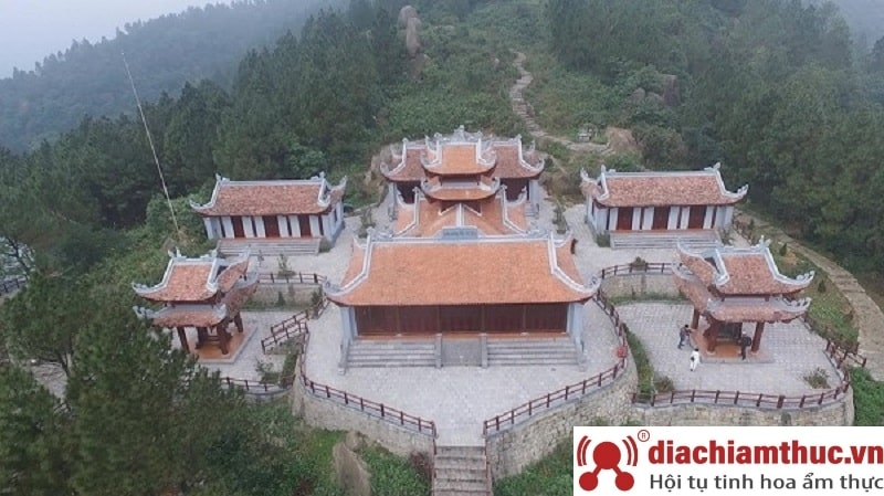 Đi bộ theo triền núi đến miếu Linh Sơn