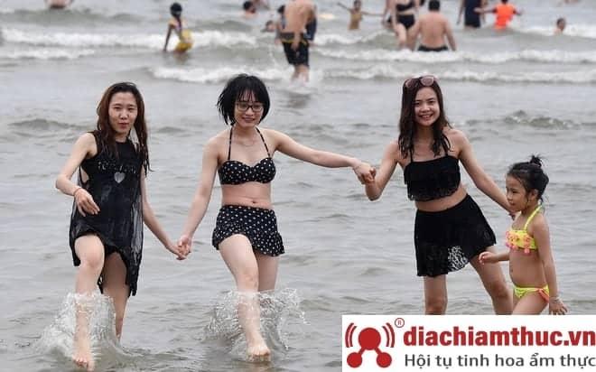 Đi tắm biển Sầm Sơn